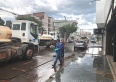 Prefeitura usa água e cloro para desinfecção de ruas e calçadas